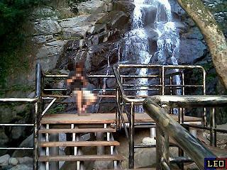 青山瀑布實景,因為夏季枯水期,水量稍小(數位相機:DC-350)。