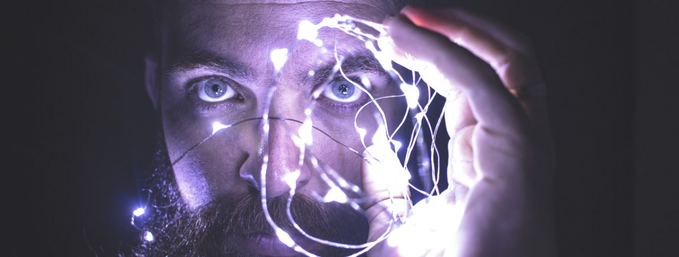 face man holding string lights network 《心智家園 神經與腦科學》讀書心得與問題討論