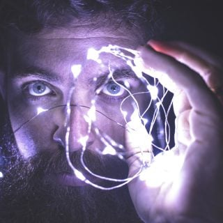 face man holding string lights network 《心智家園 神經與腦科學》讀後心得