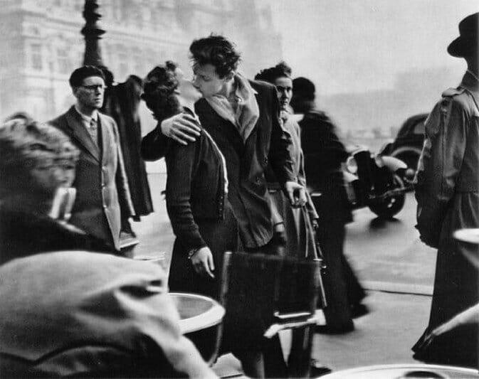 Kiss by the Hotel de Ville