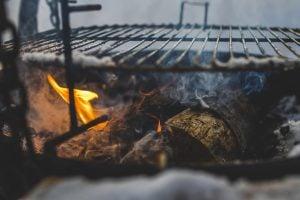 firewood below grill fire charcoal dry 野外求生技術:戶外保存食物的 4 種安全方法