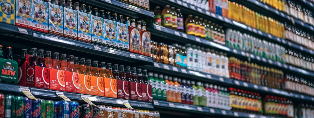 assorted bottle and cans alcohol beer drink 含糖飲料甜滋滋 隱藏超驚人糖分量嚴重危害健康