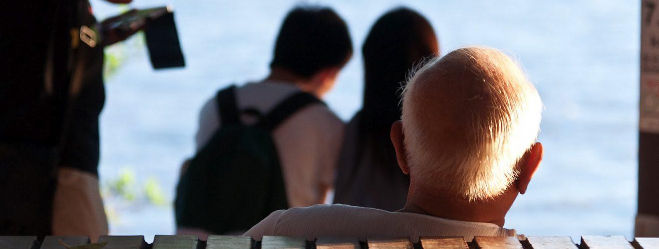 淡水河畔的銀髮長者(攝影/Lin Jin Jiang)。
