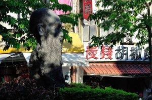 淡水三角公園的馬偕頭像(攝影/Jinliang Lin)