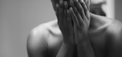gray scale photo of topless man covering face 霸凌的本質是愚蠢和嫉妒?對付霸凌者的方法原來是這樣!