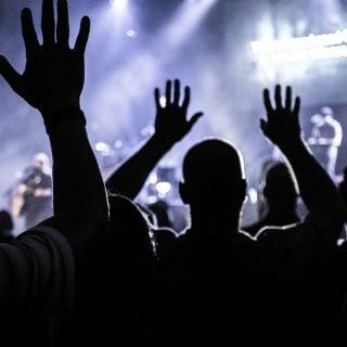 people club music raising hands silhouette event night 網頁設計陷阱:在網站內嵌自動播放的音樂?您別鬧了!