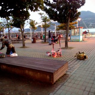 wpid tamsui artist off work sunset vedfolnir 淡水捷運站後方廣場的街頭表演與金魚
