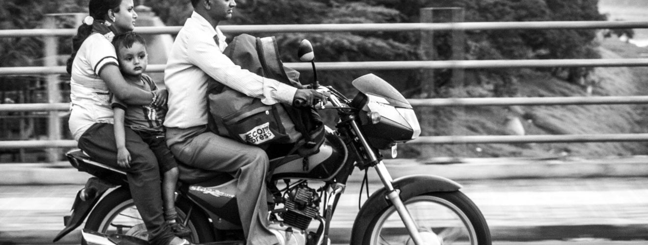 Family-on-a-motorcycle-Streets-of-India