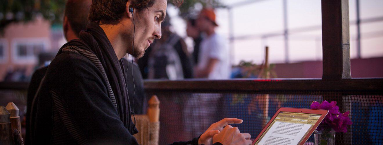 在咖啡館寫作中的作家(credits: Eelke)