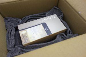 維修回來的手機,靜靜的躺在箱子裡。
