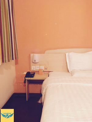 7天連鎖酒店(7 Days Inn)的床頭與窗戶。