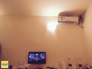 7天連鎖酒店(7 Days Inn)的冷氣與電視。
