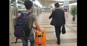 暖男幫忙帶路去旅館。
