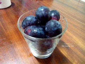預先備料:測量一杯葡萄冰沙需要的葡萄量。