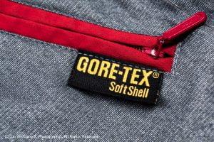 Gore-Tex 夾克內面拉鍊語布標(攝影/林金亮)。