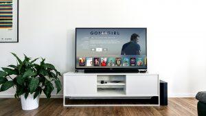 black flat screen tv on white wooden tv rack in living room design 在大螢幕電視、投影機觀看網路電影、連續劇,比較USB、DVD播放器、媒體串流播放器(AppleTV, Google Chromecast)