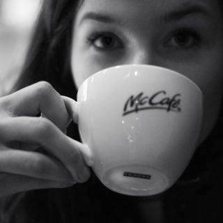 McDonald restaurant coffee cup girl mycafe 麥當勞台灣的臉書廣告是中國詐騙還是官方促銷優惠?