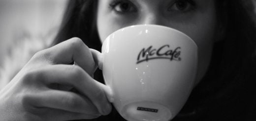 McDonald restaurant coffee cup girl mycafe 三分鐘觀察:麥當勞的衛生管理問題與員工訓練瑕疵