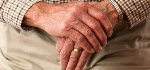 elder old man hands waiting senior 冬季保養/天冷窩在家,預防老人在這 2 個地方容易跌倒!
