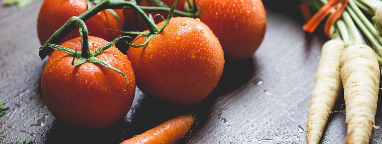 tomatoes carrots and radish on the top of the table 糖尿病友食用保健食品、營養補充品改善身體 4 大健康要點