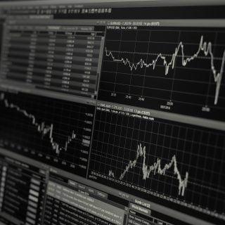 black and white business chart computer WTI 原油期貨變負值油價,航空公司會破產嗎?