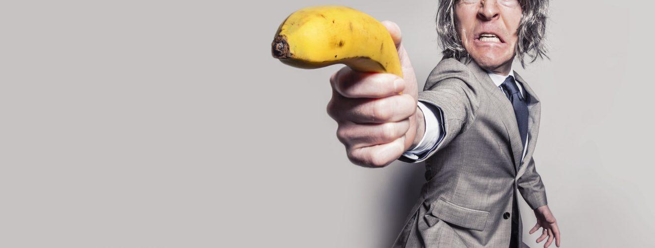 man in gray suit jacket holding yellow banana fruit while making face 臉書 Facebook 陷阱 一張圖片讓粉絲團秒犯眾怒 小編都該注意的血淚教訓