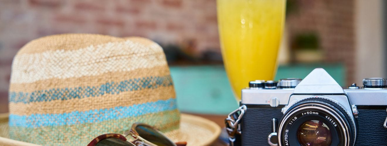 cafe camera classic close up outdoor equipment drink glasses 夏天出遊預防熱傷害需備齊 5 種戶外防曬裝備