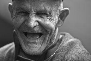 laughing old man face elderly 點亮生活/夏天維修冷氣,假原廠和真原廠都同樣讓人抓狂