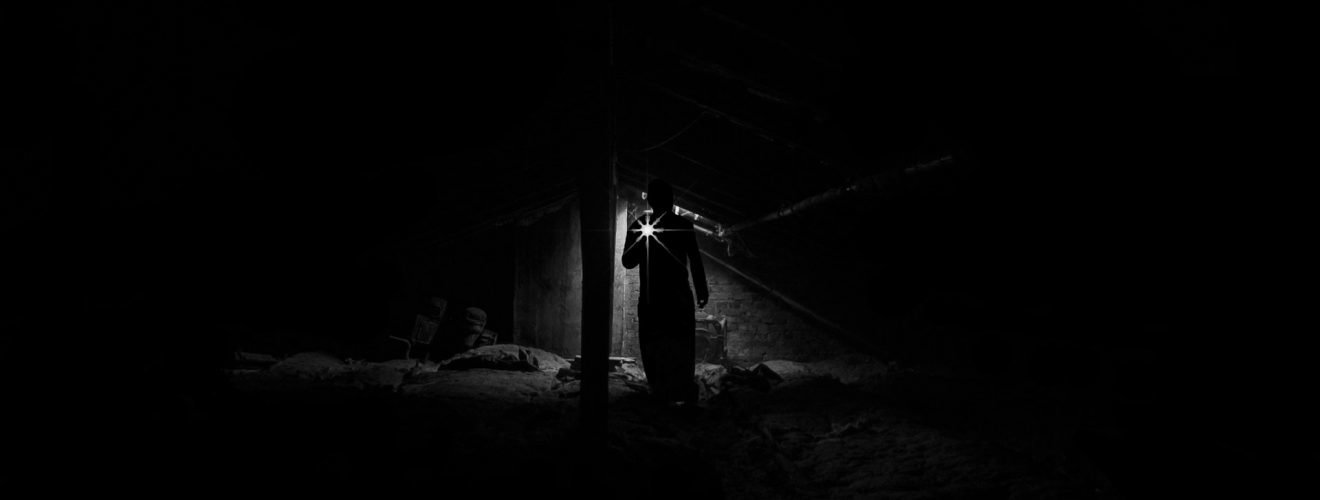 深夜中被鎖大門外的心酸與淚 —— 月色下的網咖迎客去 light lamp low angle view of man standing at night