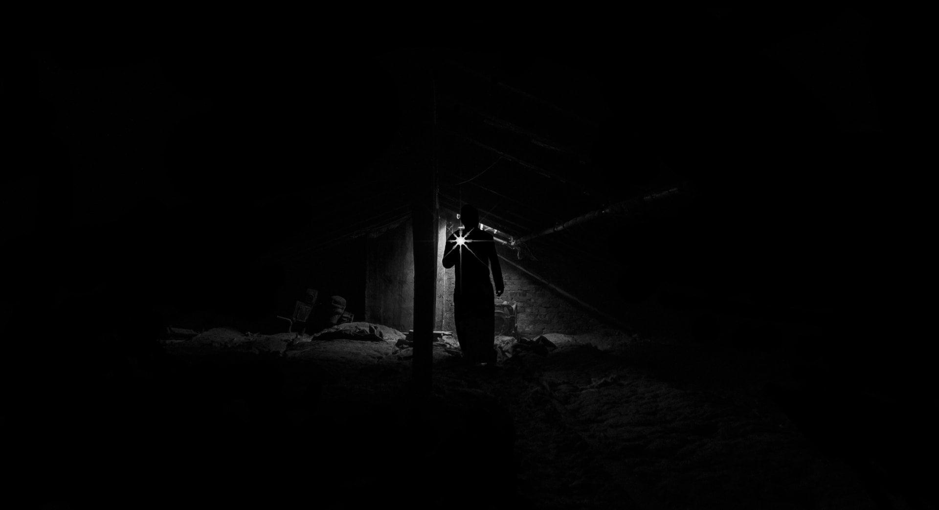 light lamp low angle view of man standing at night 旅行攝影 5+1 拍照技術教學 📷 記錄下精彩的旅途風景
