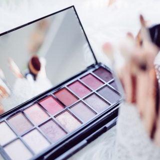 close up of woman make up cosmetic 化妝品網路購物陷阱多,專家提供 3 血拼原則讓你漂亮又健康