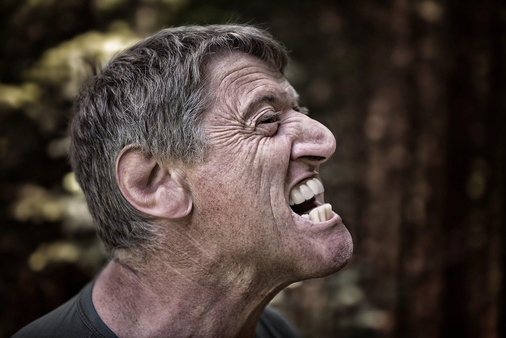 adult anger angry man face portrait pain 約瑟夫經驗談:被蜈蚣螫咬的毒傷讓人生不如死