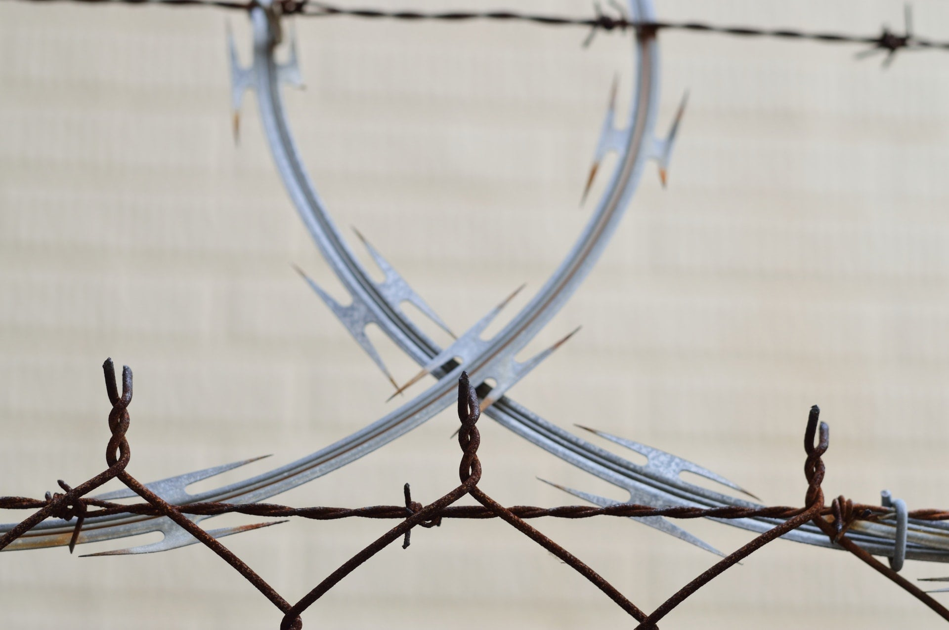 拒馬、蛇籠等路障的基本介紹與英文單字學習 barbed wire barrier blur border Barricade