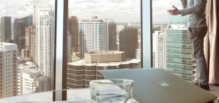 buildings businessman city window laptop office 乾淨撕下玻璃窗上的舊貼紙、窗貼、遮光隔熱模的清潔技巧