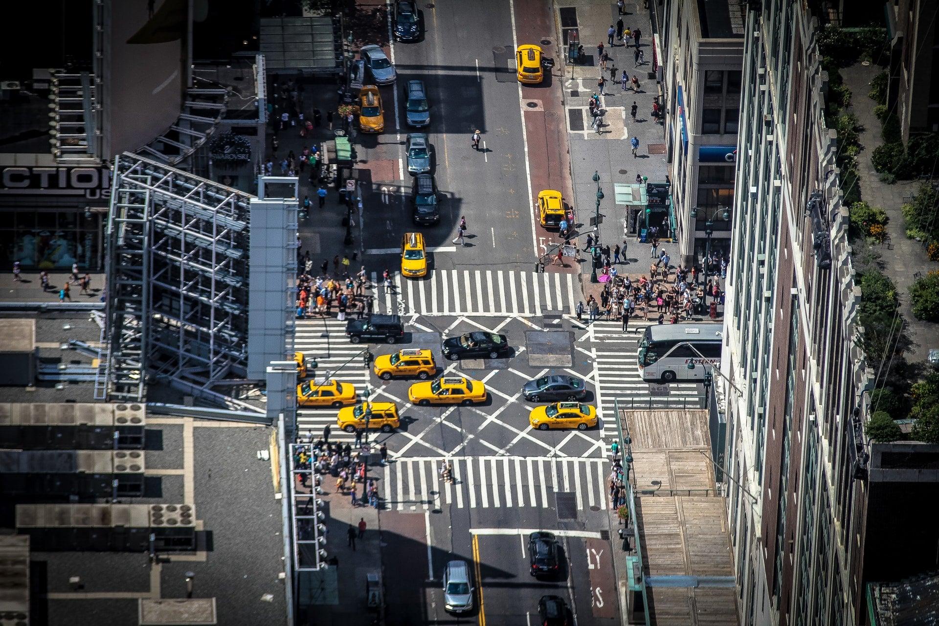 買二手中古車除了小心公司租貸車、計程車,還要注意第3種車 buildings cars city cityscape city vehicles street taxi cab