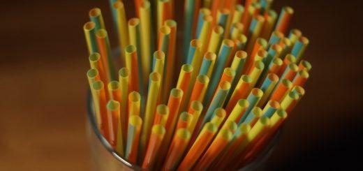 colorful plastic straw on a glass container 不鏽鋼吸管及鋁、鈦合金吸管,讓人無法接受的3個原因
