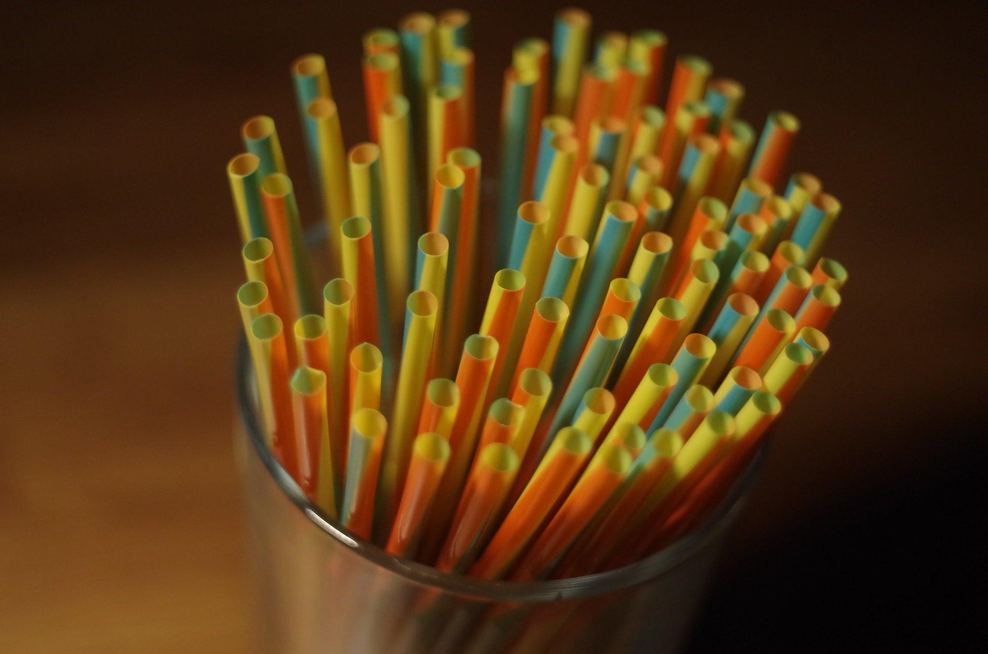 不鏽鋼吸管及鋁、鈦合金吸管,讓人無法接受的3個原因 colorful plastic straw on a glass container