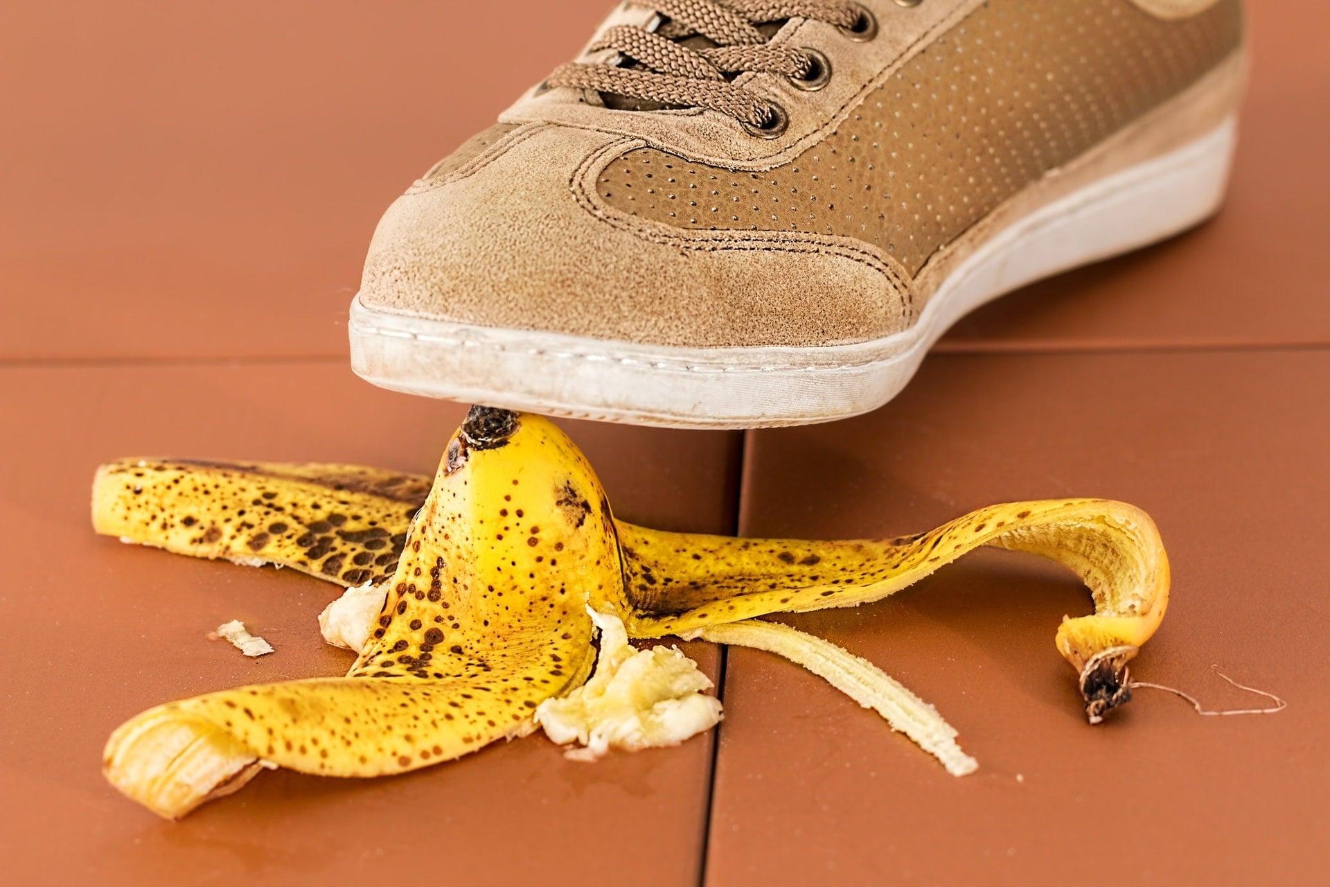 不鏽鋼吸管及鋁、鈦合金吸管,讓人無法接受的3個原因 slippery foot dangerous fall banana walk