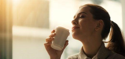 Cafe Coffee Drink Girl Relax Face Smile 倒菜霉的 85度C 如何從夾縫中求生存的公關失敗操作案例
