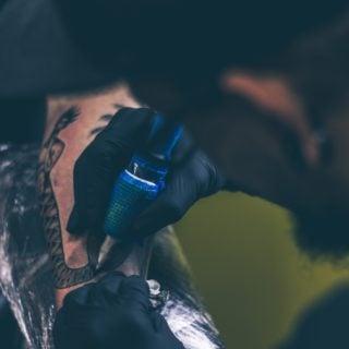man dark room Arm tattoo 紋身一族當心 美國紋身染劑遭汙染