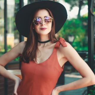 woman standing wearing sun hat sunglass green portrait brunette 夏天防曬 3 原則 保護皮膚健康不曬傷