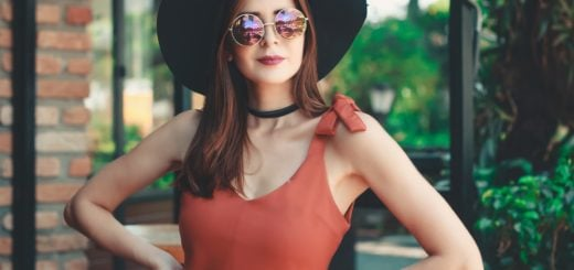 woman standing wearing sun hat sunglass green portrait brunette 390 元眼鏡 VS 一萬元手工眼鏡差別文章之謠言破解