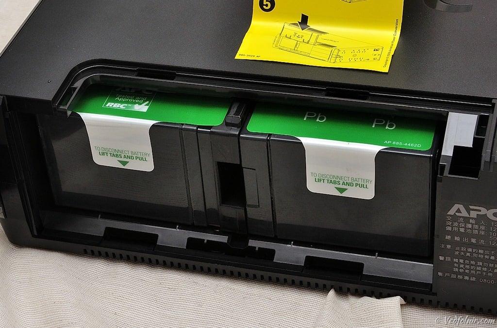 將電池插回電池槽中的模樣。