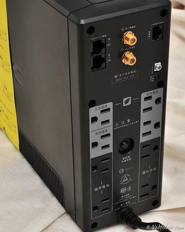 不斷電系統背面照,灰白色背景的電源插座就是主受控插座區。