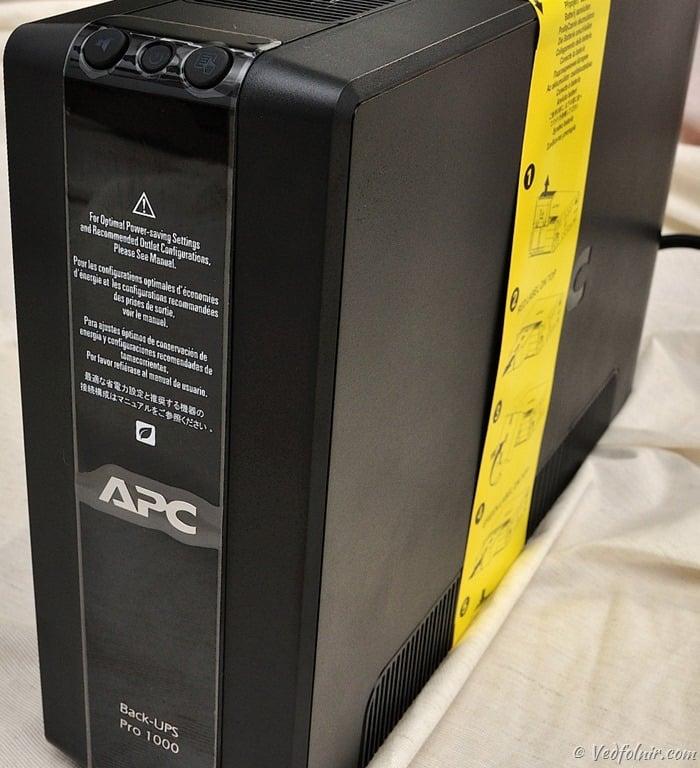 不斷電系統正面照,高高瘦瘦的設計相當樸實,但是該有的散熱孔都沒少。