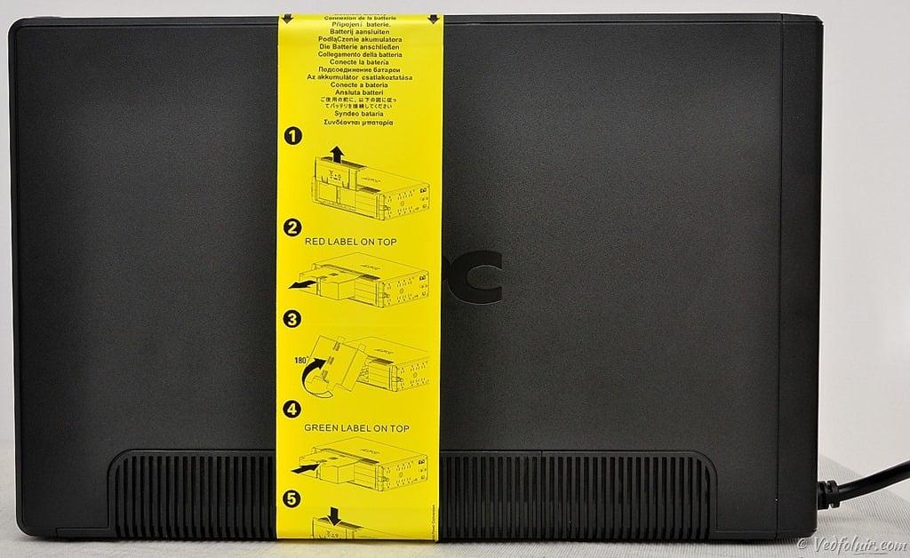 剛取出來的機器側邊有一張黃色貼紙,上面是正確安裝電池的步驟教學。