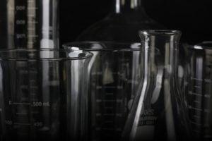 beaker biology chemical glass measuring cup lot laboratory 殺菌酒精 75% 調配:製備正確濃度滅菌消毒藥水(優質酒精 90% 與 95%)