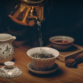 gold kettle pouring hot water on cup of tea 板橋林家花園 DIY 玩茶藝 9 月限額報名