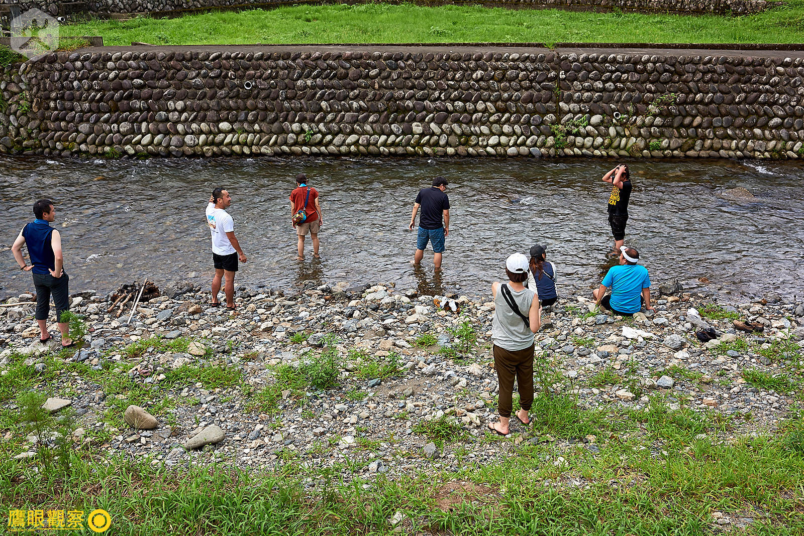一群年輕人在炎夏下午到鄰近冰涼小溪玩耍