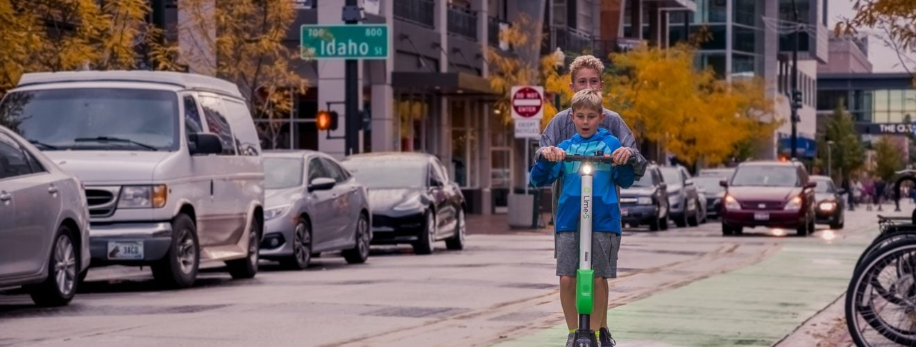 two boys riding lime s scooter on street 嚴禁電動滑板車與平衡車騎上人行道!日本 法國 新加坡立法處罰